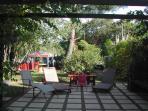 Prendre le soleil ou l'ombre sous la pergola de la grande terrasse de La Suite d'AUTOMNE