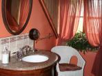 Salle de bain partagée entre Nuage et Magenta, baignoire sur pattes et douche...