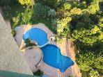 Vista al jardín y piscinas