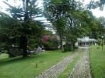 vista de frente de la casa campestre villa luz. Huella en piedra , todo rodeado de  árboles y