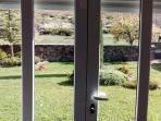 vista desde el salón  entrada y salida a jardin
