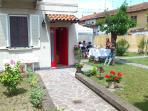 Il b&b é circondato da un grazioso giardino, con veranda per una colazione o un drink in relax