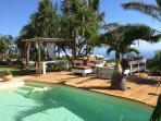 Accès libre à l'espace jardin/deck/piscine.