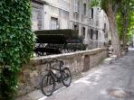Vue du quartier: rue des teinturiers avec ses théâtres et ses roues