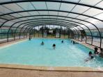 Grande piscine couverte et chauffée