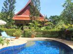 La villa vue de face donnant sur la piscine et son jacuzzi et bien sur aussi ses bains de soleil