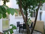 Terrasse und kleiner Garten