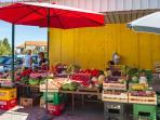 Fresh fruit & vegetable market in Okrug Gornji