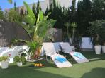 Terraza descubierta. Pequeño jardín con césped artificial. Tumbonas y sillas de playa disponibles.