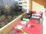 Terrasse avec table et coin lounge, vue parc