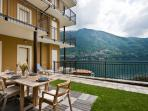 Private lake view garden for alfresco dining, bbq and sunbathing!