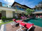 Villa Lega - Sunloungers and swimming pool