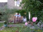 fleurs, vieilles pierres et décoration soignée..