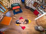 le grand salon au plancher en bois