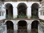 Gli archi della scalinata che prospetta sul cortile del palazzo