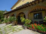 portico#fiori@#geranio#limoni#lastre pavimento#dicondra#sedie#ombra#
