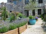 Millelfleurs - sunny back garden