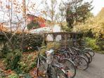 Garden with bike park Garten mit Fahrradabstellplatz