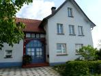 Ferienwohnung, rechts im Erdgeschoss. Die Familie Allroggen wohnt links  von der blauen Eingangstür