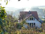 Blick nach Westen aus dem Garten ins Dorf