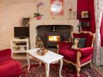 Le coin salon pour vous reposer auprès d'un poêle à bois bien chaud !