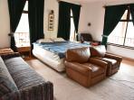 La amplitud de sus instalaciones permite ubicar más camas en esta habitación