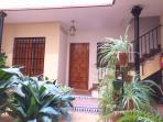 Acceso a la vivienda a través del patio típico toledano