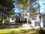 La villa dans la pinède avec son studio indépendant, sa salle de sport et la piscine d'été