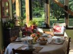 Petit déjeuner dans la grande salle ouverte sur la nature