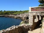 Along the nice hike around the Cap d'Antibes. The hike offers stunning views over the ocean.