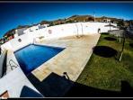 piscina y zonas verdes