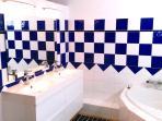 Salle de bain attenante à la chambre 3 - double lavabo, WC, grande baignoire
