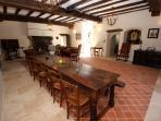 Table de communauté, cheminée, poutres apparentes, vidéo projecteur et dans la grande pièce de 66 m2