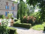 Jardin fleuri, façade du gite