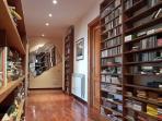 Il corridoio con la libreria