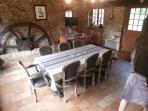 La salle à manger de 35 M2 avec son énorme cheminée. 2 tables pour un total de 17 couverts