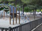 Parque infantil a 100 metros de la casa.