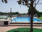 piscina equipada para disfrutar y tomar el sol.