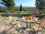 petit déjeuner en terrasse, au loin Elaphonissos et Cythère
