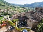 terrazzo con vista sull'antico paese e sulla valle
