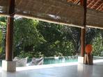 uitzicht vanaf woonkamer op zwembad