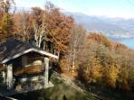 vista della casa e del lago dal parcheggio auto privato