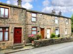 SPIRAL COTTAGE, pet-friendly, woodburning stove, fantastic walking, ideal romantic base, Cowling, Ref 928689