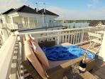 Schlaf- und Relaxliege auf der Terrasse des Strandhaus Libelle und Blick zum Yachthafen