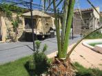 Agréable terrasse (ombragée l'été par une treille) et son barbecue
