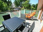 DG 90 qm Südbalkon mit Gartenmöbeln, Deckchairs und Sonnenschirm