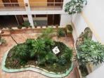 jardin dentro del edificio