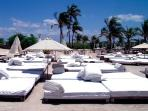 Nikis Beach Club: Balinesian beds&chill out music at 5 min walking by the sand from the apartement.