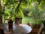 Terrasse ombragée très agréable l'été pour un apéritif ou un repas