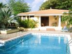 Uitkijk op Villa Luna vanuit het zwembad